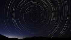 Eine Langzeitbelichtung in den frühen Morgenstunden zeigt einen Meteoritenschauer am Himmel, in der Nähe der Gemeinde La Hiruela, auf den Bergen der Sierra Norte de Madrid.