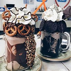 Can everyday be Chocolate Milkshake Day! Hump day just got a whole lot happier. Tag who you wanna share these with 👇🍫🥛 Think Food, I Love Food, Yummy Treats, Yummy Food, Tumblr Food, Burger Bar, Food Goals, Aesthetic Food, Cute Food