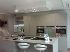 Diseño de cocina con campana de techo Pando E-250