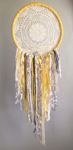 DIY doily dreamcatcher with a fun yellow grey and black colour scheme. Lots of lace and texture. A great gift idea. Diy Gifts For Dad, Diy Baby Gifts, Diy Crafts For Kids, Bohemian Room, Bohemian Living, Diy Home Decor Easy, Easy Diy, Lace Dream Catchers, Indian Arts And Crafts