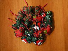 Enfeite para  árvore de Natal de tecido em formato de coração.
