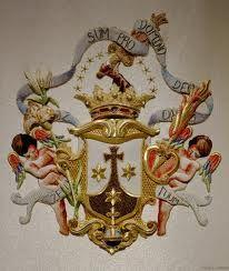 Escudo de la Orden del Carmen: la Cruz brilla sobre el Monte Carmelo, con sus tres estrellas de Fe, Esperanza y Caridad, que combaten a los enemigos.