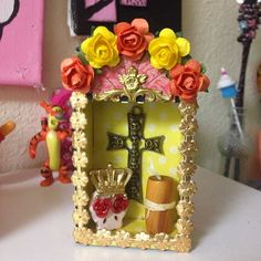 I made these shrines for the Day of the Dead swap hosted by Retro Cafe Art Gallery. The only rule was that we had to pick from a few shrin. Mexico Day Of The Dead, Day Of The Dead Art, Grave Decorations, Halloween Decorations, Spanish Projects, Projects To Try, Cigar Box Crafts, Mexican Folk Art, Mexican Crafts