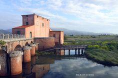 La Casa Rossa, che ospita le chiuse. Fu l'ingegner Ximenes a progettare questa particolare bonifica che non prevedeva di togliere l'acqua, ma di movimentarla, aggiungendone -con canalizzazioni- dal fiume Ombrone e dal mare