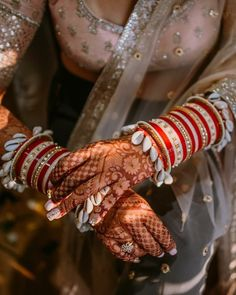 New and Trendy Bridal Mehndi designs that will rule hearts! Indian Wedding Jewelry, Indian Bridal, Bride Indian, Ethnic Wedding, Indian Jewelry, Bridal Bangles, Bridal Jewelry, Gold Jewelry, Seashell Jewelry