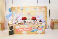 Decoração de Festa Infantil - Chá de Fraldas com tema volta ao mundo em estilo retrô, vintage. Aviões, balões e ursinhos nas nuvens. Tons pastéis de azul, laranja com pontos vermelhos.