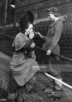 Hardcore tradeswomen, British women working during the war. Photos Du, Old Photos, Retro Mode, Short Break, Le Far West, Badass Women, Women In History, History Online, Vintage Photographs