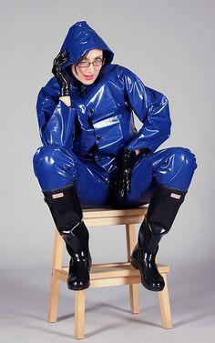 Latex Kitty in Super Shiny Blue Max Rainsuit and Boots Raincoat Jacket, Pvc Raincoat, Yellow Raincoat, Ladies Wellies, Rain Fashion, Vinyl Clothing, Latex Costumes, Latex Babe, Rubber Raincoats
