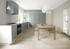 Håndværk: Klassisk forrammekøkken der møder husets geometri og farvesætning. Home Kitchens, Kitchen Island, Kitchen Modern, Kitchens, Floating Kitchen Island