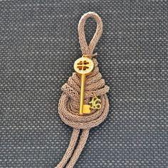Για να ξεκλειδώσετε την τύχη σας ή την καρδιά όποιου αγαπάτε, αυτό το κλειδί είναι το κατάλληλο. Δύο γούρια σε ένα, ένα κλειδί και ένα τετράφυλλο τριφύλλι σε ένα κορδόνι ιβουάρ-σωμόν. Christmas Design, Christmas Diy, Diy And Crafts, Christmas Crafts, Flower Coloring Pages, Arabic Art, Felt Patterns, Lucky Charm, Xmas Decorations