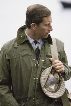 Prince Charles In Barbour Style Waxed Jacket And Tweed Cap On Holiday In Scotland English Gentleman, Gentleman Style, Dapper Gentleman, Lady Diana, British Country Style, Country Style Fashion, Preppy Mens Fashion, 80s Fashion, Fashion Videos