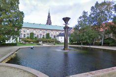 Det Kongelige Biblioteks Have. En lille oase ved Slotsholmen med springvand, blomsterbede, græsplæne og bænke.