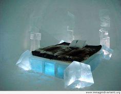 Letto matrimoniale a cubi di cristallo con all'interno luci bianche e azzurre.