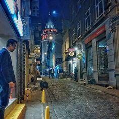 Caminando hacia la Torre de Gálata  #istanbul #architecture #arquitectura #ciudad #city #urban #urbano #nocturna #noche #night #igersaragonontour #alfre_mm #estaes_universal_1 #ok_europe #turkey #travel #calle #street