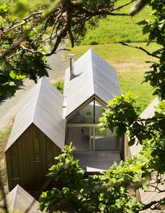Micro Cluster Cabins Reiulf Ramstad Architects Three small-scale timber and glass cabins on the Norwegian coast form a holiday home designed by Reiulf Ramstad Arkitekter for three generations of the same family. Residential Architecture, Contemporary Architecture, Architecture Design, Contemporary Cabin, Scandinavian Architecture, Modern Barn, Modern Farmhouse, Casas Containers, Timber House