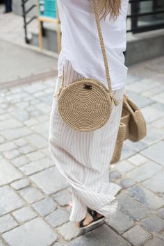 Borsa in tessuto rotondo crochet crossbody bag by pole image 1 Mode Crochet, Knit Crochet, Crochet Shoulder Bags, Crochet Market Bag, Round Bag, Basket Bag, Crochet Handbags, Crochet Round, Summer Bags