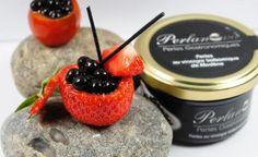 Perles au vinaigre balsamique de Modène, leur aspect rappelle le caviar. Proches de la cuisine molléculaire, elles explosent en bouche dégageant des saveurs de truffe blanche. Sur un foie gras, une fraise, des poissons crus, à vous de jouer.