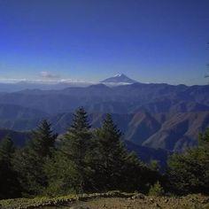 【ajico_fukamidori】さんのInstagramをピンしています。 《2016年11月5日 雲取山☀ 昨日と似た写真になってしまうけど、山頂から富士山  #雲取山 #奥多摩 #富士山 #縦走 #百名山 #山 #山登り #登山 #トレッキング #写真好きな人と繋がりたい #森 #秋 #紅葉 #テント #mountain #mountaintrekking #japan #trekking #nature #outdoor #trip #autumn #hiking #naturephotography #forest #backpacking #tent #kumotoriyama #fujisan #fujiyama》