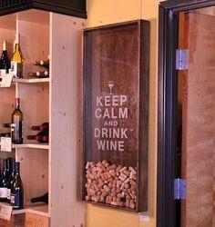 Keep calm and drink wine. Apreciadores de vinho podem estampar na parede de seus ambientes o quão apaixonados são por vinhos de uma forma bem criativa. Este quadro consiste basicamente em um adesivo colado em um vidro e uma moldura tipo caixa com um furo na face superior para inserir as rolhas.