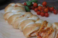 La treccia di pizza con pasta madre creando si impara è una treccia preparata con la pasta della pizza per gustare questo meraviglioso piatto diversamente