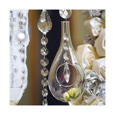 Questi vasi realizzati in vetro e aperti nella parte frontale sono perfetti per decorarare vari ambienti con l'aggiunta di piccole composizioni floreali, petali, piume o piccole luci a LED.Da incorparare nel centro tavola o da sospendere in modo magico con ghirlande di cristalli o nastri di raso, questi piccoli vasi di vetro vi permetteranno di decorare con stile unico i tuoi eventi più importanti contribuendo a creare un ambiente da sogno!Non utilizzare all'interno della sfera candele a ...