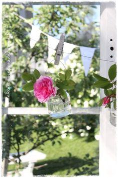 maljakko pilttipurkista, ruusu, viirinauha