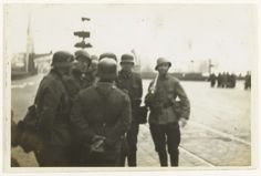 Anonymous | Rotterdam tijdens de overgave, Anonymous, c. 1940 | Een vijftal Duitse militairen staan met de Nederlandse sergeant-majoor Van Ommering, met de witte vlag, in de buurt van de Koninginnebrug op het Noordereiland. Het is omstreeks 1600 uur in de middag van de 14de mei, kort na het Duitse bombardement. De overgave van Rotterdam is een feit.