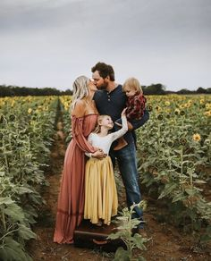 Fall Family Picture Outfits, Family Photo Colors, Family Portrait Outfits, Summer Family Pictures, Cute Family Photos, Fall Family Portraits, Outdoor Family Photos, Family Picture Poses, Family Posing