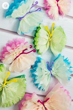 Frilly tissue paper butterflies are a beautiful decoration! In this paper craft DIY, we show an easy technique to create colourful and elegant butterflies. Tissue Paper Crafts, Tissue Paper Flowers, Paper Butterflies, Paper Plate Crafts, Paper Crafts For Kids, Diy Paper, Paper Butterfly Crafts, Felt Crafts, Paper Crafting