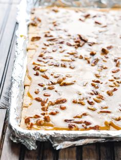 These Graham Cracker Toffee Bars with pecans are the perfect dessert to share with friends -- and they only require about 5 minutes of prep! Graham Cracker Crack Recipe, Cracker Toffee Bars Recipe, Pecan Toffee Recipe, Graham Cracker Dessert, Graham Cracker Toffee, Candied Pecans Recipe, Cracker Candy, Graham Cracker Cookies, Pecan Recipes