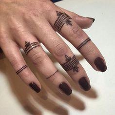 tatouage bague et doigts - modèle de mariage
