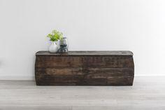 Stoer bankje van oud doorleefd hout. Leuk voor in het interieur van de gang of woonkamer. Industrieel en landelijk.