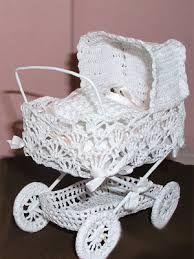 Resultado de imagen de háčkovaný kočárek Crochet Angels, Crochet Dolls, Hand Crochet, Crochet Lace, Knitting Patterns Free, Free Knitting, Crochet Patterns, Barbie Bebe, Snowman Crafts