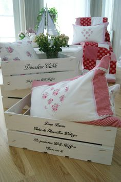 Cajas de Fresas Diy Wooden Crate, Wooden Crates, Wooden Art, Decoupage, Diy Mod Podge, Old Crates, Romantic Shabby Chic, Diy Wood Projects, Wood Boxes