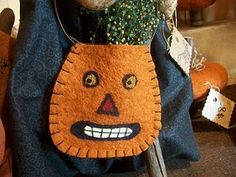 I began making something like this years ago.and I continue making them for the Halloween season each year as they are great sellers at bazaars. Halloween Quilts, Halloween Fabric, Vintage Halloween, Halloween Crafts, Halloween Stuff, Halloween Ideas, Happy Halloween, Felted Wool Crafts, Felt Crafts