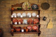 Platos en la pared de la cocina antigua en México Foto de archivo