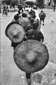 Marc Riboud, Willy Ronis, Gregory Crewdson, Great Photos, Old Photos, Vintage Photos, Henri Cartier Bresson, Vintage Photography, Street Photography