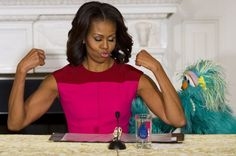 First Lady Michelle Obama flexes her muscles alongside Sesame Street character Rosita Michelle Obama Flotus, Michelle Obama Fashion, Barack And Michelle, Miss You, Leadership, Barack Obama Family, American First Ladies, Amy Winehouse, Celebrity Babies
