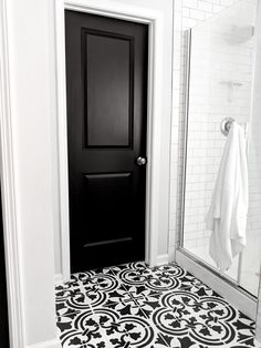 How to Paint Doors Like a Professional Black interior painted doors are a creative way to add drama to your house. The black door with white trim has maximum contrast and style. Learn to paint your door like a professional. Interior Door Styles, Painted Interior Doors, Black Interior Doors, Black And White Interior, Black Doors, Painted Doors, Interior Paint, Home Interior, Interior Design