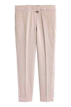 Pantalón tobillero de esmoquin: Pantalón tobillero de esmoquin en tejido elástico con detalles y franjas de satén a lo largo de las perneras. Modelo con cintura estándar con cierre de corchete delante, bolsillos ribeteados detrás y perneras ajustadas.