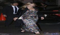 0207c65ef2405 كيت موس تتألق في فستان أنيق بألوان رائعة تخطف الأنظار  واصلت عارضة الأزياء  كيت موس
