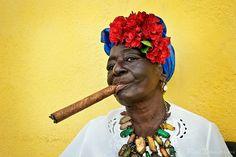 Cuban woman with floral headd dress - renetimmermans.photoshelter.com