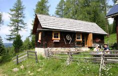 Discover 300 ski cabins, Alpine cabins, chalets and holiday homes in every region of Austria and book your holiday home at the dates of your choice. Salzburg, Skiing, Cabin, House Styles, Chalets, Ski Trips, Cottage House, Viajes, Ski