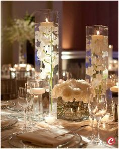 Centro de mesa com rosas brancas e vasos intercalados