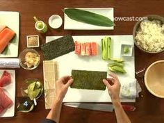 How to make a California Roll. Best way to learn how to make any inside out sushi roll really. California Roll Recipes, California Roll Sushi, California Pizza, California Rolls, My Sushi, Best Sushi, Sushi Art, Vegan Sushi, Inside Out Sushi