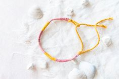 Armband selber machen: Bastel deiner besten Freundin in den Sommerferien ein hübsches Armband. Mit meiner Video-Anleitung geht's ganz leicht. Jetzt ausprobieren Diy Blog, Handmade Bracelets, Hoop Earrings, Digital, Painting, Jewelry, Design, Safety Pins, Wrap Around