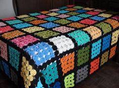 Resultado de imagem para colcha de fuxico Crazy Quilting, Hand Quilting, Granny Square Crochet Pattern, Afghan Crochet Patterns, Quilt Patterns, Yarn Crafts, Fabric Crafts, Sewing Crafts, Quilting Projects