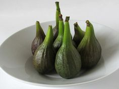 Only make one small cut on the figs after you have boiled them and before boiling again in the syrup. Fresco, Fig Preserves Recipe, Fig Recipes, Recipies, Green Fig, Pork Fillet, How To Make Greens, Fig Jam, South African Recipes