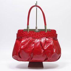 Fényes piros rostbőrből készült elegáns, szépen kidolgozott táska. 2 féle mintázatú piros bőr kombinációja teszi különlegessé ezt a darabot. Könnyen kezelhető elrendezésű táska, 1nagyobb cipzáros rekesszel, amely belül 2 részre van osztva egy cipzáros választó rekesszel, belsejében, és a hátulján praktikus kis zsebekkel.