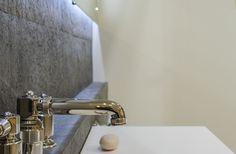 La feuille de pierre naturelle, un matériau original et tendance. L'utilisation de ce nouveau matériau, pour revêtir des meubles ou tout support, fait partie des tendances du moment en lui donnant une apparence de mica ou d'ardoise. Flexible, légère, très fine et stable, la feuille de pierre naturelle est également facile à découper et à poser.